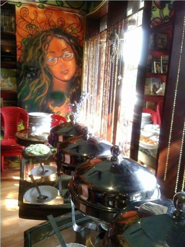 Women-Have-Opened-A-Cafe-In-India-For-Fellow-Victims-Of-Acid-Attacks-57b40d0bc5d36__605
